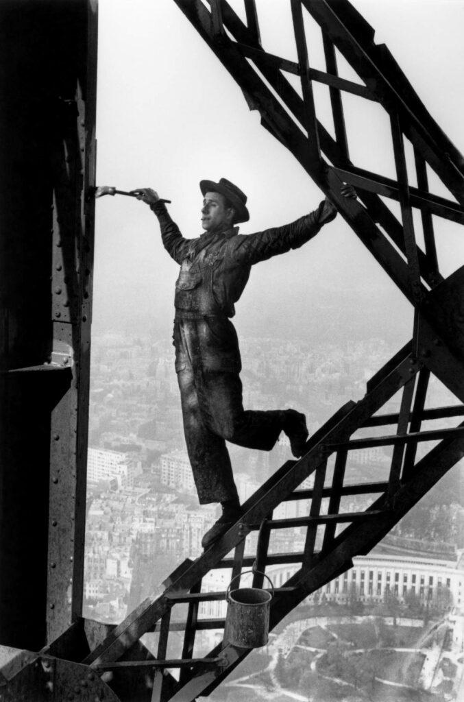 Le peintre de la tour Eiffel, Paris, 1953 / © Fonds Marc Riboud